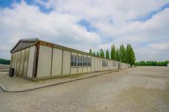 达豪,德国- 2015年7月30日:在看法长的营房大厦之外 一部分的集中营设施 图库摄影