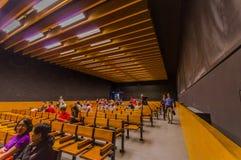 达豪,德国- 2015年7月30日:有木benchchairs的简单的教室在线,一部分的在集中里面的博物馆 库存图片
