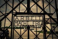 达豪,德国- 2015年7月30日:金属化标志在入口门对读Arbeit Macht雷恩队的集中营 库存图片