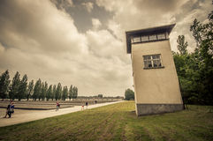 达豪,德国- 2015年7月30日:高水泥警卫塔如被看见从在集中营, yar俯视的囚犯里面的地面 库存图片