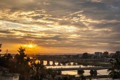 巴达霍斯市四座桥梁日落的与多云天空 库存照片