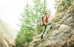 迁徙和上升在法国阿尔卑斯的冒险的探险家 免版税库存照片