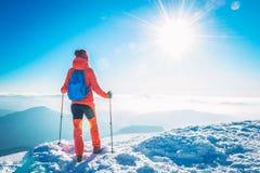 迁徙在一座多雪的山的雪的远足者妇女在冬天 库存图片