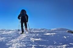 迁徙在一座多雪的tatra山的人 库存照片