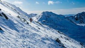 迁徙在一座高冬天山 免版税库存照片