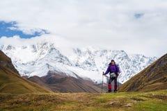 迁徙在什哈拉山附近, Svaneti上面的山的游人  库存图片