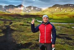 迁徙在冰岛 野营与帐篷的Beautifull临近山湖 免版税库存图片