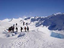 迁徙在冰川佩里托顶部的人  库存照片