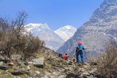 迁徙在喜马拉雅山安纳布尔纳峰basecamp,尼泊尔的游人 库存图片