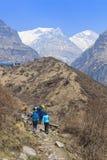 迁徙在喜马拉雅山安纳布尔纳峰basecamp,尼泊尔的游人 库存照片