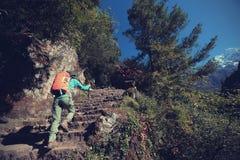 迁徙在喜马拉雅山山的妇女背包徒步旅行者 免版税库存照片