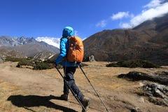 迁徙在喜马拉雅山山的妇女背包徒步旅行者 库存照片