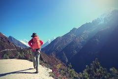 迁徙在喜马拉雅山山的背包徒步旅行者 免版税图库摄影
