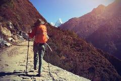 迁徙在喜马拉雅山山的背包徒步旅行者 免版税库存图片