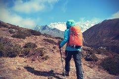 迁徙在喜马拉雅山山的背包徒步旅行者 免版税库存照片