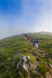 迁徙在夏慕尼勃朗峰的远足者小组在法国 免版税图库摄影