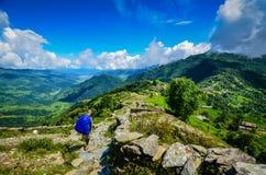 迁徙在安纳布尔纳峰足迹的家庭在尼泊尔 免版税库存照片