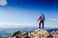 迁徙在山的年轻嬉戏远足者 体育运动和有效的寿命 库存照片