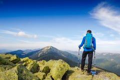 迁徙在山的年轻嬉戏远足者 体育运动和有效的寿命 免版税库存照片