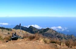 迁徙在林贾尼火山,龙目岛,印度尼西亚 免版税库存照片