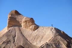 迁徙在犹太沙漠的山 库存照片