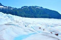 迁徙在Mendenhall冰川的人们在朱诺,阿拉斯加 图库摄影