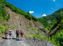 迁徙在Svaneti的年轻远足者, 免版税库存照片
