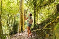 迁徙的足迹热带雨林的少妇 库存照片