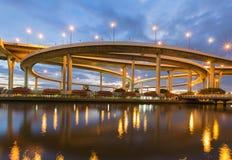 迂回地高速公路交叉点的夜 免版税库存图片