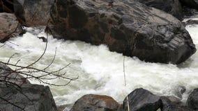 迅速地流动在岩石优胜美地加利福尼亚之间的默塞德河 股票视频
