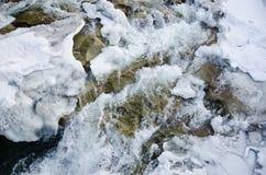迅速地流动拉迈冰和磨刀石头岩石的山河 库存图片
