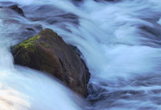 迅速地流动的水 库存图片