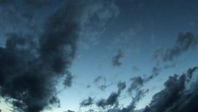 迅速地移动横跨天空的黑雨云在晚上 影视素材