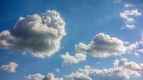 迅速地通过密集的低云 股票录像