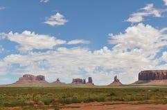 迅速增加在红砂岩的五颜六色的著名飞行巨型独石纪念碑他们谷 免版税库存照片