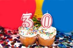 迅速增加庆祝五彩纸屑杯形蛋糕 免版税库存照片