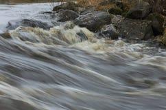 迅速河流程和冰砾与下落的叶子 库存图片