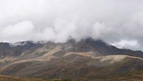 迅速漂浮覆盖在象草的秋天山小山timelapse 惊人的旅游地方 上部Svaneti,近Mestia 股票录像