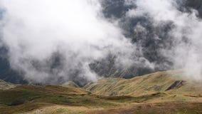 迅速漂浮覆盖在象草的秋天山小山timelapse 惊人的旅游地方 上部Svaneti,近Mestia 影视素材