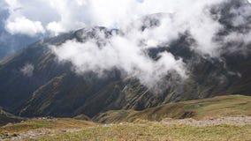 迅速漂浮覆盖在象草的秋天山小山timelapse 惊人的旅游地方 上部Svaneti,近Mestia 股票视频