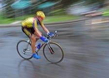 迅速的自行车骑士 免版税库存图片