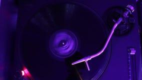 迅速移动入唱片,演奏转盘,人们的dj跳舞在夜总会 股票录像