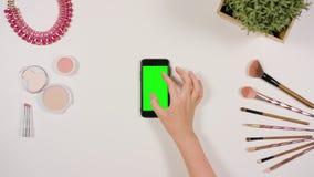 迅速移动在绿色屏幕上的手指 免版税图库摄影