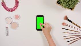 迅速移动在绿色屏幕上的手指 免版税库存图片