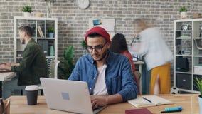 迅速移动男性雇员定期流逝与膝上型计算机一起使用繁忙与项目 影视素材