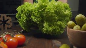 迅速移动的录影:厨师在厨房切未加工的蔬菜沙拉,烹调菜沙拉、vresh绿色和菜 影视素材