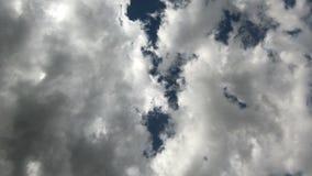 迅速通过在 4k的照相机的云彩时间间隔  照相机垂直被指挥对天空 光芒  股票录像