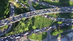 迅速移动入交通堵塞和高峰时间时间在伊斯坦布尔附近土耳其拥挤财务区  股票视频