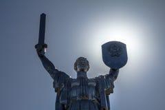 迅速移动在母亲祖国纪念碑的面孔,巨大爱国战争的博物馆的部分在基辅,乌克兰 免版税库存图片