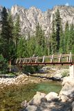 过一个木桥在高山脉 免版税图库摄影